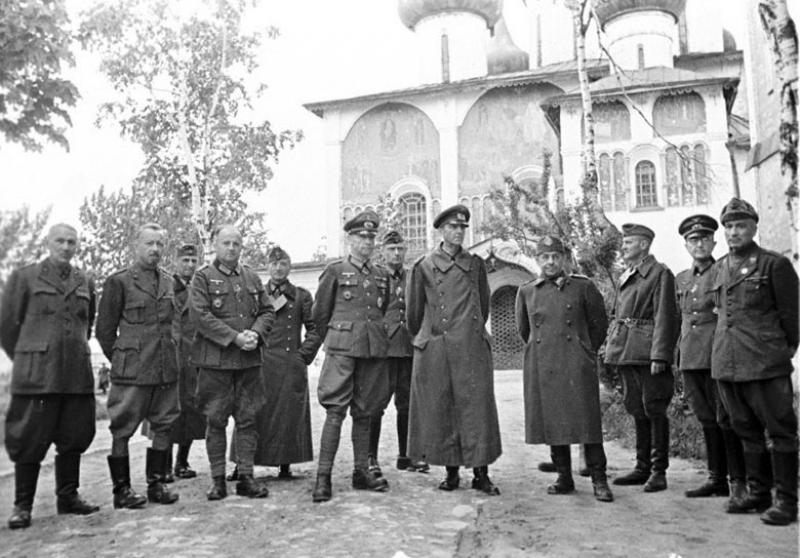 Итальянские и немецкие генералы – заключенные лагеря № 160 за беседой с сотрудниками управления лагеря капитаном Рабиновичем на территории лагеря: в центре – фельдмаршал фон Паулюс. Суздаль, 1943 г.