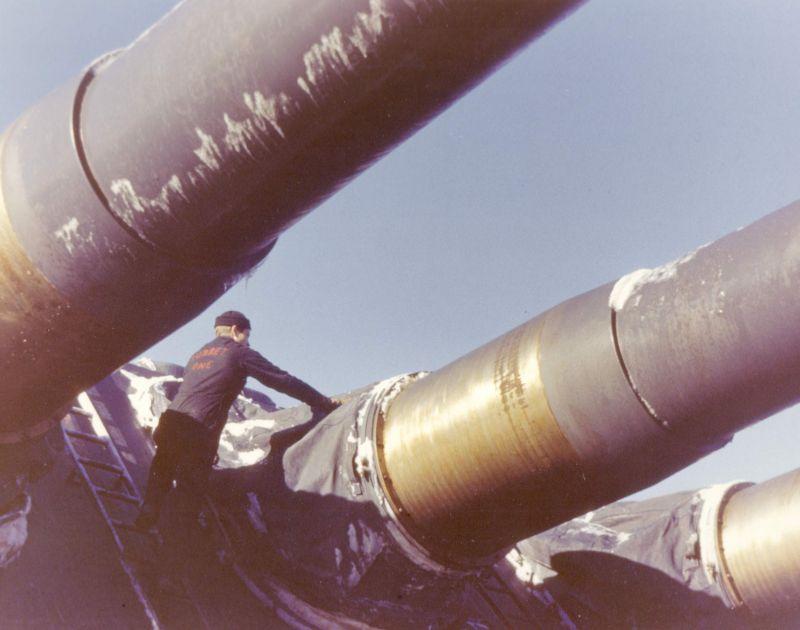 Матрос обслуживает 406-мм орудие главного калибра американского линкора «Миссури» во время учебного плавания в Атлантике. Август 1944 г.