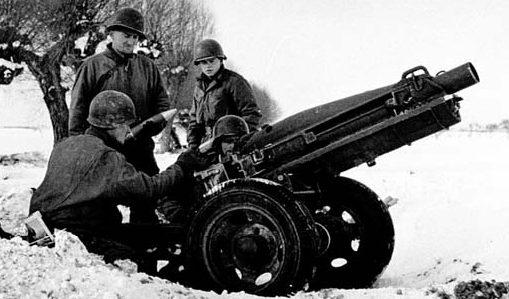 75-мм гаубица M1A1 на лафете M8. Январь 1945 г.