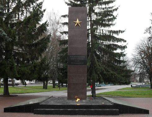 г. Шостка. Памятник, установленный в 1967 году на братской могиле, в которой похоронено 14 неизвестных советских воинов и 10 партизан, которые погибли в 1941-1942 годах.