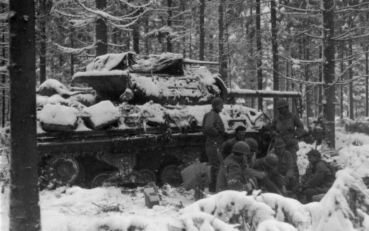 Американские солдаты у САУ М10 в бельгийском лесу во время Арденнской операции. Январь 1945 г.
