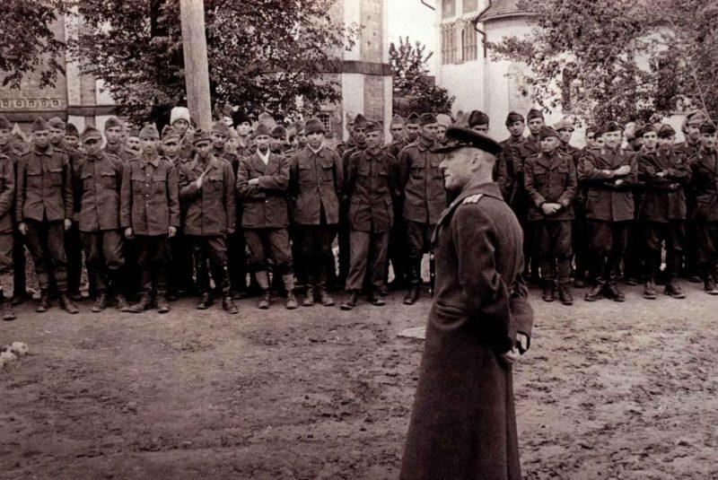 Построение военнопленных в лагере №160. Суздаль, 1943 г.