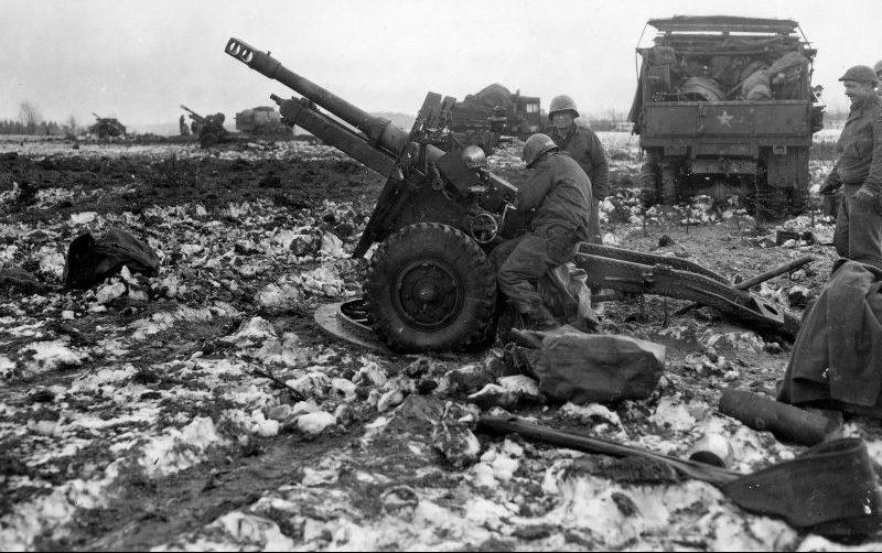 Артиллеристы у 87-мм орудия британского производства QF25 pdr MkII на позиции у Шёнезайффена. Февраль 1945 г.