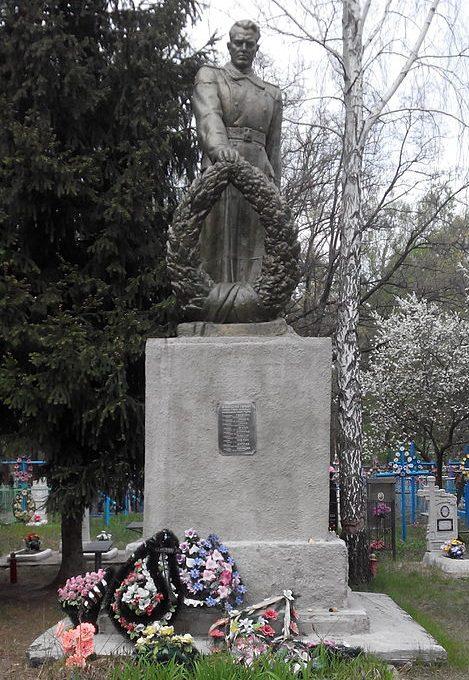 г. Шостка. Памятник на Лазаревском кладбище, установленный в 1967 году на братской могиле, в которой похоронено 19 советских воинов, погибших в сентябре 1943 года.