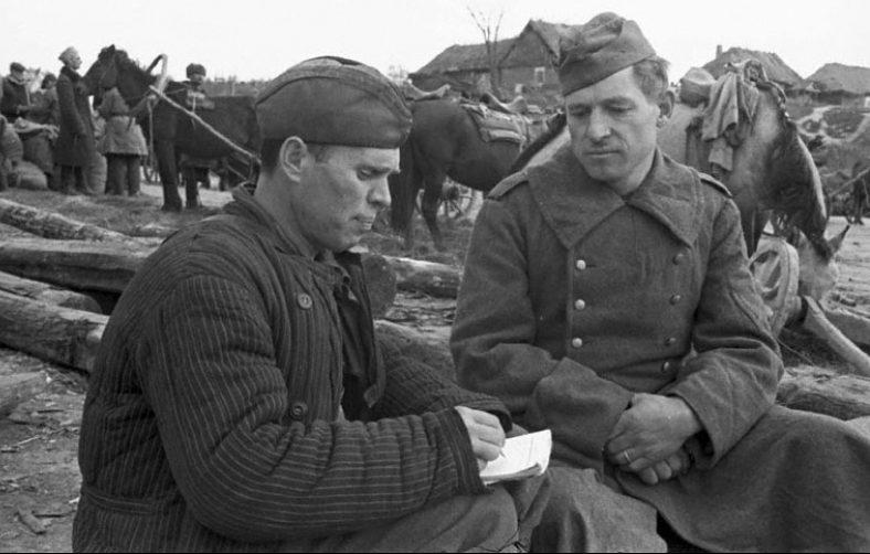 Допрос немецкого военнопленного в одном из партизанских отрядов Брянщины. 1943 г.
