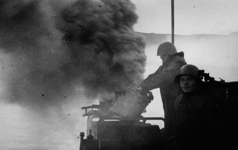 Моряки торпедного катера Северного флота ставят дымовую завесу. Баренцево море. 1944 г.