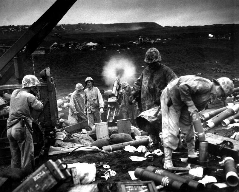Американская артиллерия на Иводзиме. Февраль 1945 г.