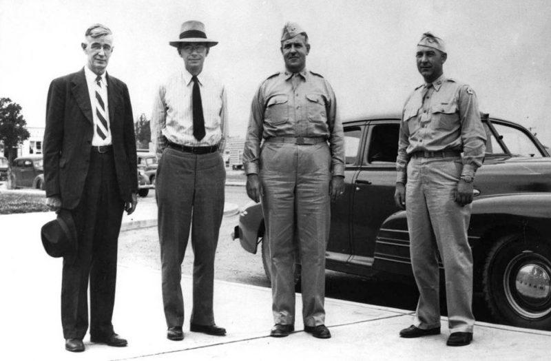 Участники Манхэттенского проекта. Слева направо: Ванневар Буш, Джеймс Б. Конант, генерал-майор Лесли Гровс и полковник Франклин Матиас. 1945 г.