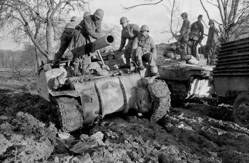 Американская 155-мм самоходная гаубица M12 GMC преодолевает бездорожье в районе Бердорфа. Февраль 1945 г.