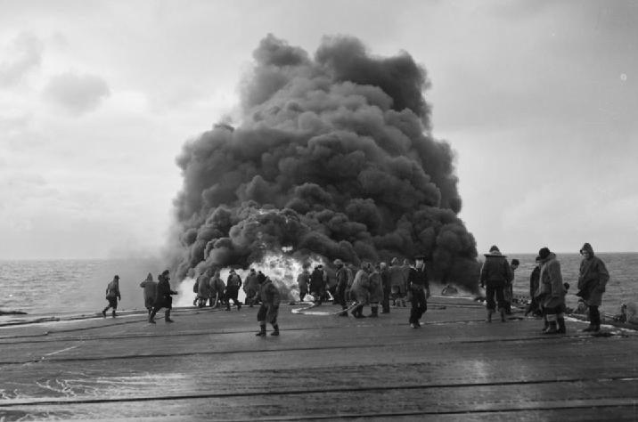 Авария самолета «Grumman Avenger» на летной палубе HMS «Tracker» время арктического конвоя. 1944 г.