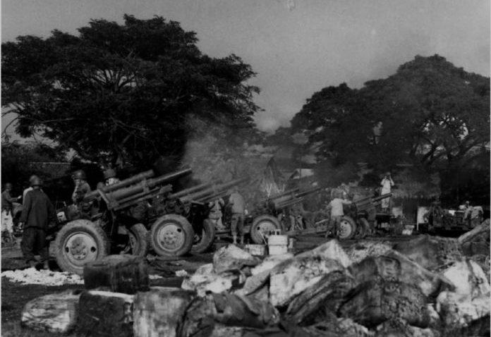 Американская батарея 105-мм гаубиц во время наступления на Манилу, Филиппины. Февраль 1945 г.