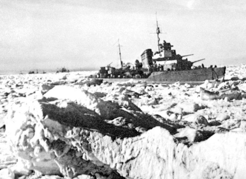 Эсминец Северного флота эскортирует транспортные суда по северному морскому пути. 1944 г.