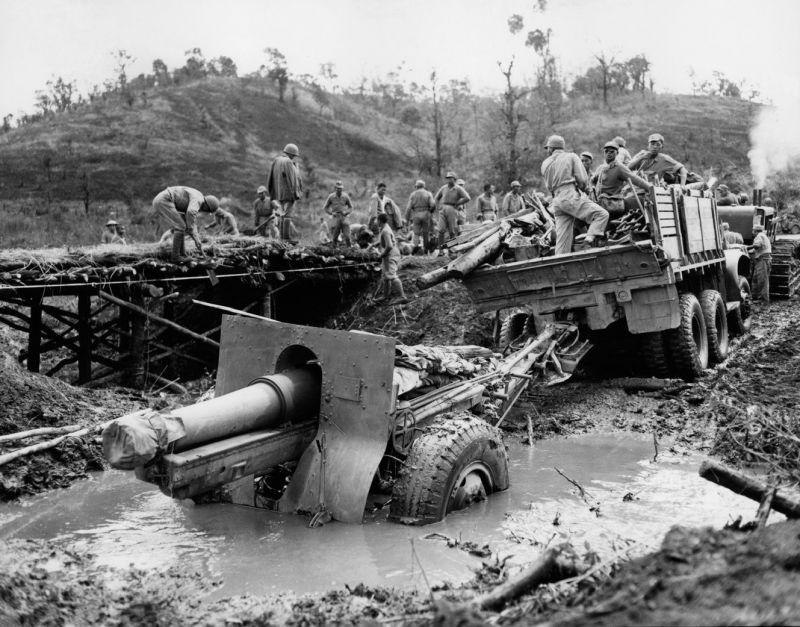 Американская 155-мм гаубица в грязи к северу от Лашио. Февраль 1945 г.