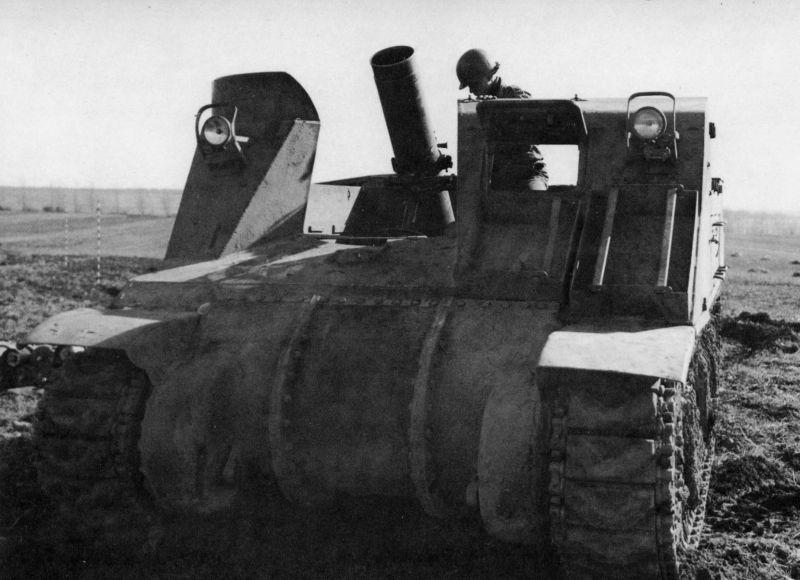 248-мм самоходный миномет на шасси американской САУ М7 «Прист» во Франции. Февраль 1945 г.