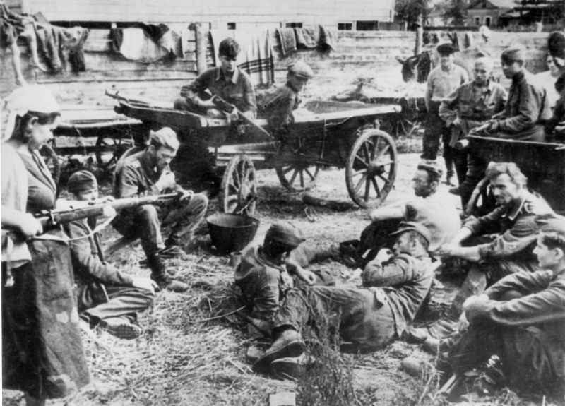 Ополченцы города Грайворона охраняют пленных немецких солдат. 1943 г.