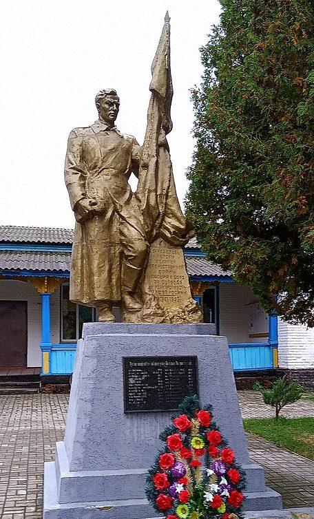 с. Воздвиженское Ямпольского р-на. Памятник возле школы-интерната, установленный в 1951 году на братской могиле советских воинов.
