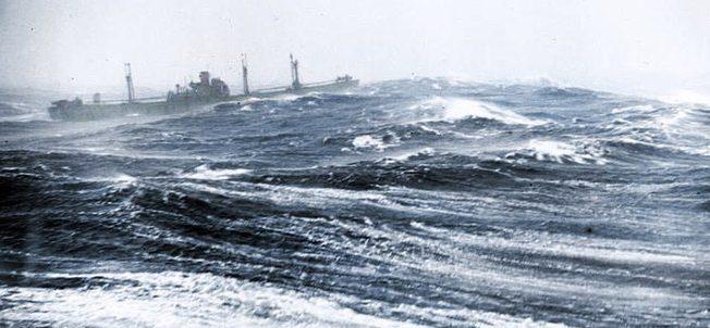 Американский транспорт типа «Либерти» из конвоя RA64 идет в Клайд из Мурманска через штормовую Арктику. Февраль 1945 г.