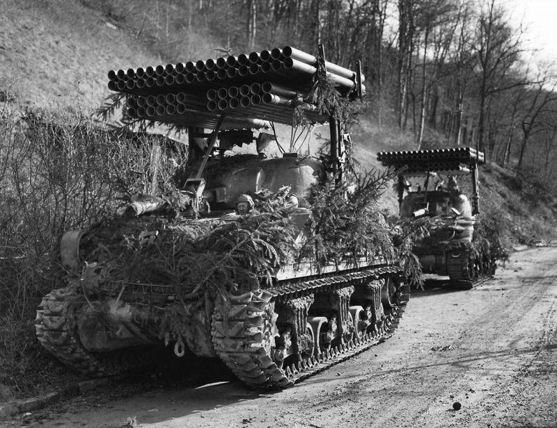 Танки М4А3 «Шерман» с реактивной системой залпового огня Т34 «Каллиопа» в Западной Германии. Март 1945 г.