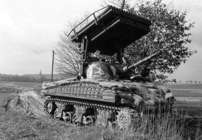 Американская система залпового огня Т34 «Каллиопа» на базе танка M4A3(75) «Шерман» в районе Обермодерна, Франция. Март 1945 г.