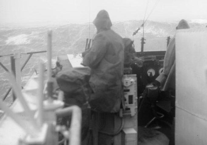 Вид на шторм с мостика HMS «Bellona» в Кольском заливе. Конвой JW 64. Март 1945 г.