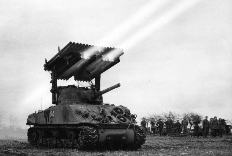 Американская реактивная система залпового огня Т34 «Каллиопа» ведет показательные стрельбы в районе Флетранжа, Франция. Март 1945 г.