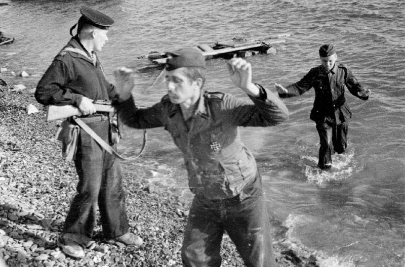 Немецкие солдаты сдаются в плен в Севастополе. 1944 г.