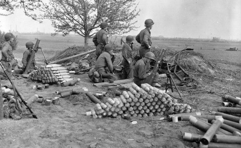 Батарея 81-мм минометов на окраине Магдебурга. Апрель 1945 г.