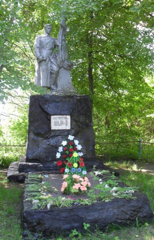 с. Гремячка Ямпольского р-на. Памятник, установленный в 1956 году на братской могиле советских воинов и партизана.
