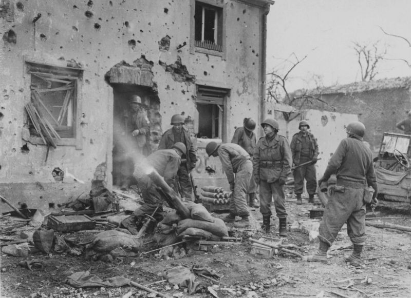 Огонь из 107-мм миномета М2 на улице немецкого городка. Апрель 1945 г.