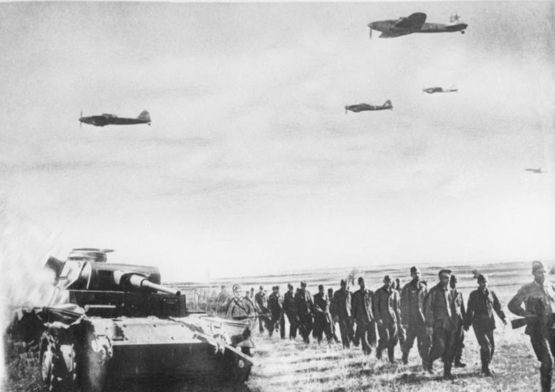 Немецкие военнопленные, захваченные под Севастополем, конвоируются в тыл. 1944 г.