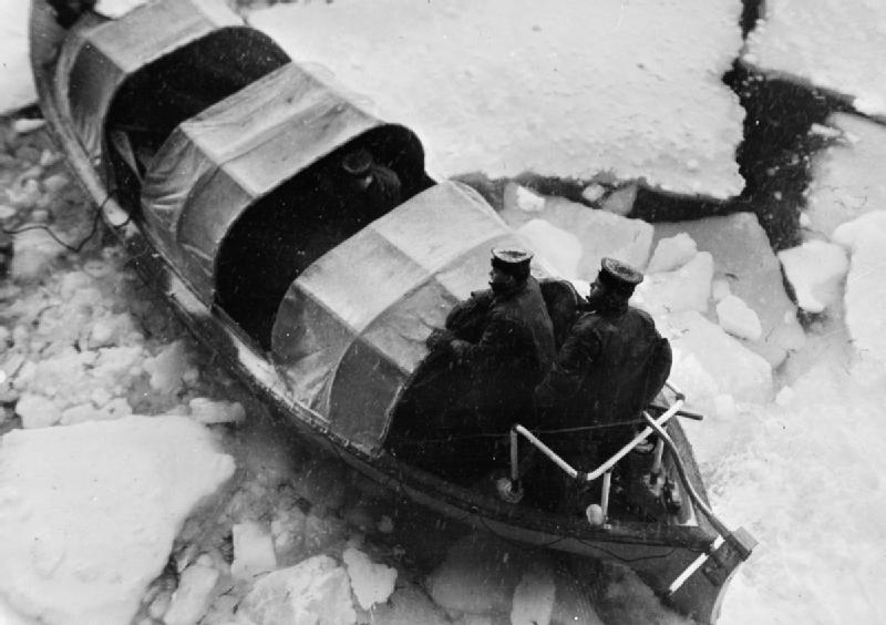 Моторная лодка HMS «Trumpetr» пробирается сквозь льды после гибели авианосца в Кольском заливе. Конвой JW-65. Март 1945 г.