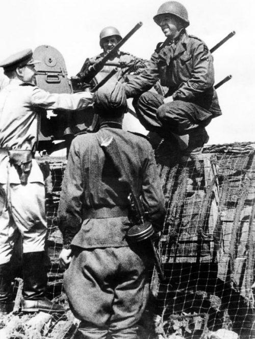 Советские и американские военнослужащие у зенитной установки в Торгау. Апрель 1945 г.