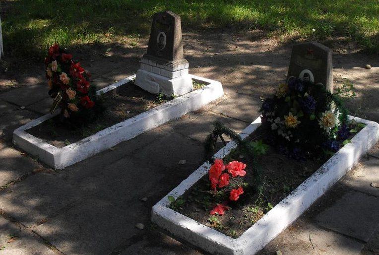 г. Дружба Ямпольского р-на. Братские могилы летчиков в сквере бывшего сахарорафинадного завода.