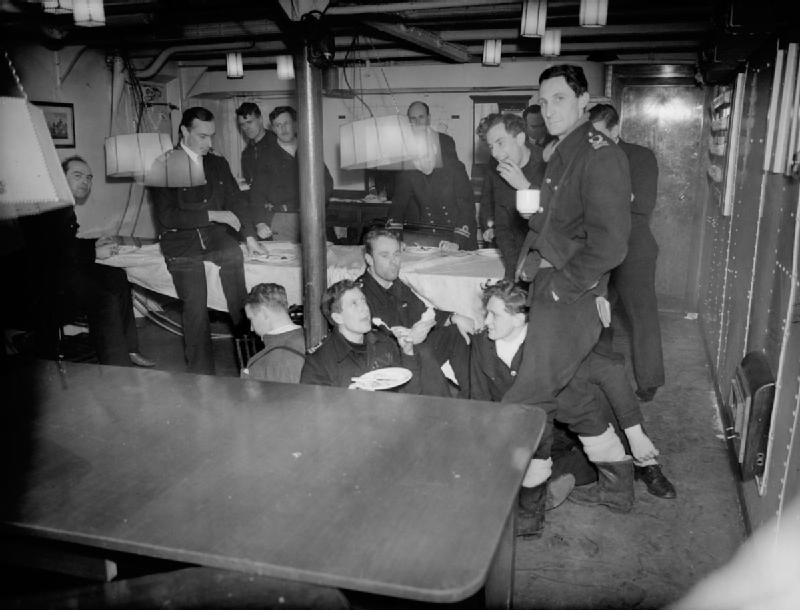 Кают-компания крейсера HMS «Bellona». Март 1945 г.