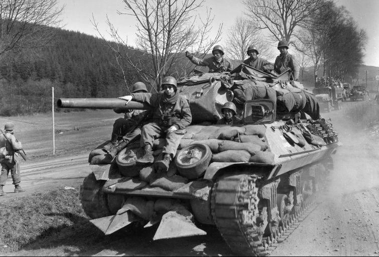 САУ М10 «Уолверайн» в районе немецкого города Ольпе. Апрель 1945 г.