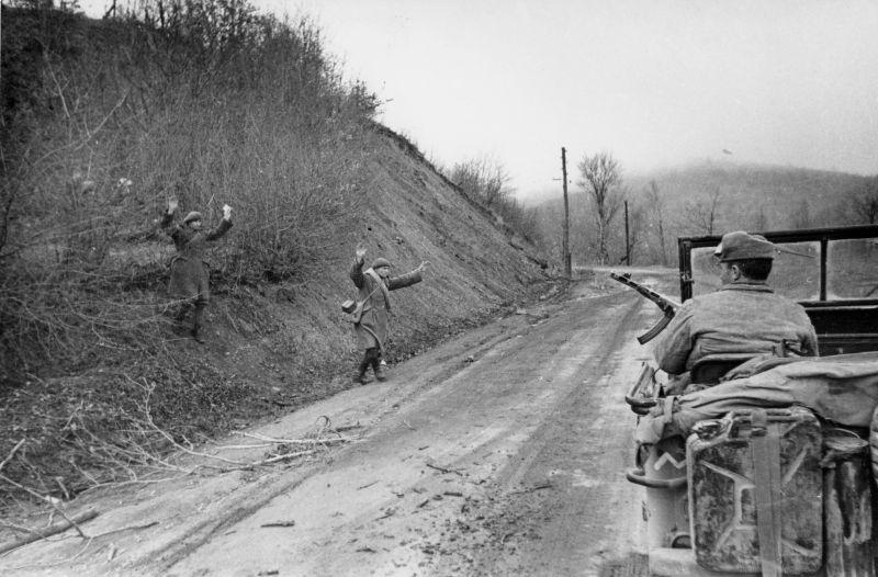 Румынские горные стрелки сдаются в плен советским войскам на дороге в Крыму. 1944 г.