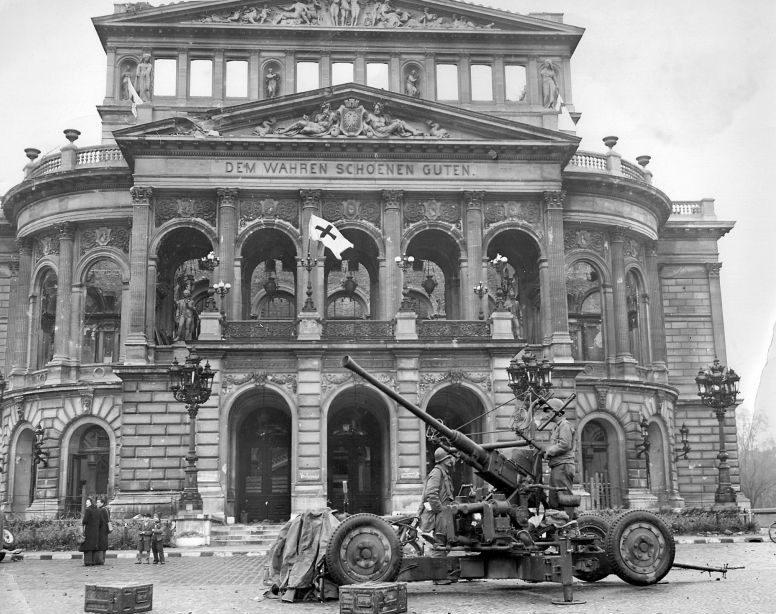 40-миллиметровая зенитная пушка «Bofors» у оперного театра во Франкфурте-на-Майне. Май 1945 г.