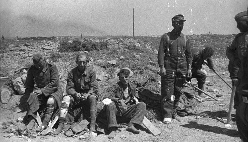 Раненые немецкие солдаты, взятые в плен советскими войсками в Крыму. 1944 г.