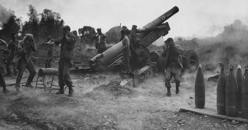 203-мм гаубица M1 ведет огонь по японским позициям на острове Лусон. Май 1945 г.