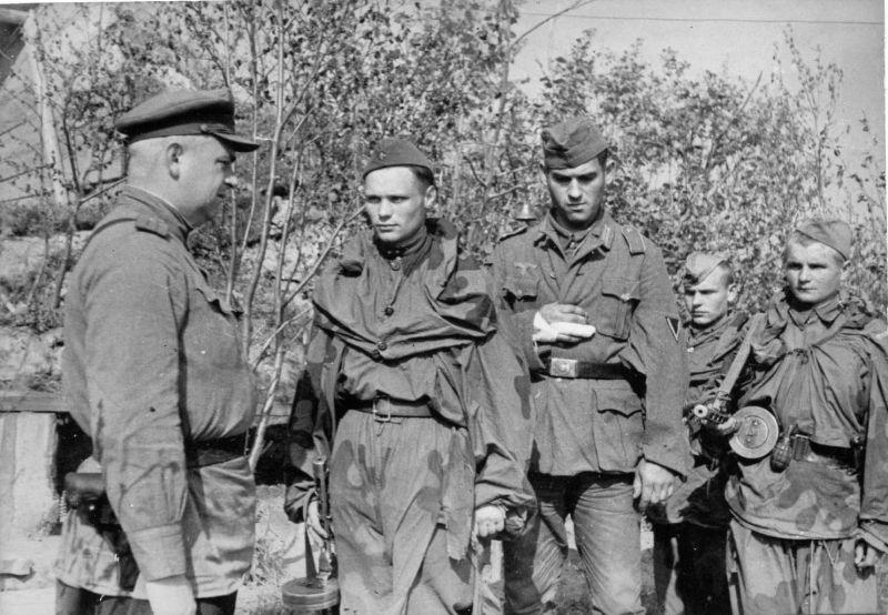 Советские разведчики ведут захваченного в плен немецкого ефрейтора. Украина, 1944 г.