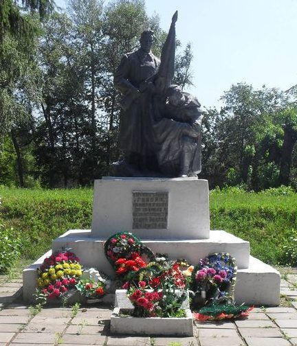 г. Дружба Ямпольского р-на. Памятник на территории сахарорафинадного завода, установленный в 1967 году на братской могиле, в которой похоронено 17500 советских военнопленных, замученных фашистами в 1941-1943 годах.