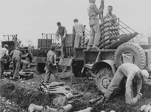 Снаряжение ракетами мобильной пусковой установки на Окинаве. Май 1945 г.