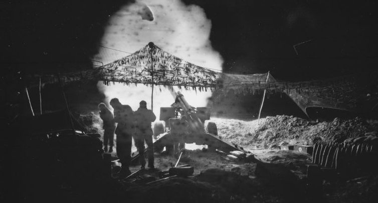 Артиллеристы ведут огонь по позициям японцев в южной Окинаве из 155-мм гаубицы М1. Май 1945 г.