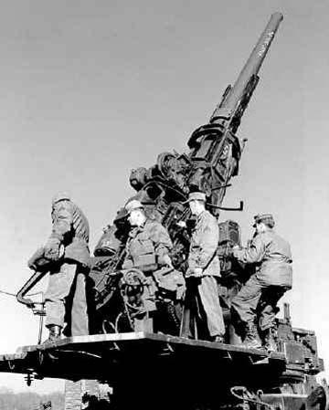 Расчет 120-мм пушки М1. 1945 г.