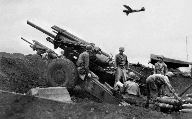 Артиллеристы у 155-мм гаубиц М1 на острове Негрос на Филиппинах. 1945 г.