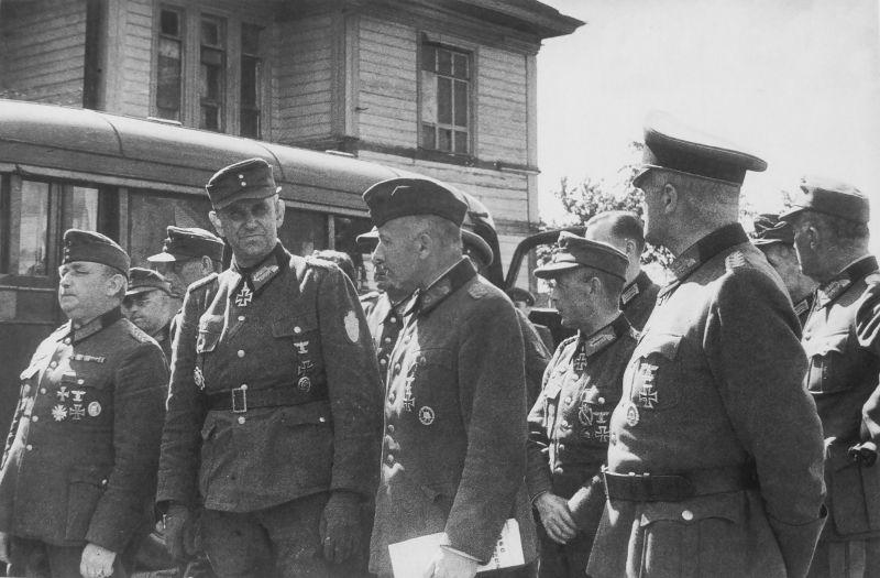 Немецкие генералы перед маршем пленных немцев по Москве.1944 г.