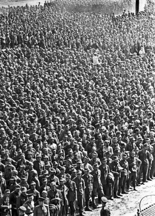Немецкие военнопленные на сборном пункте на московском ипподроме перед маршем по Москве. 1944 г.