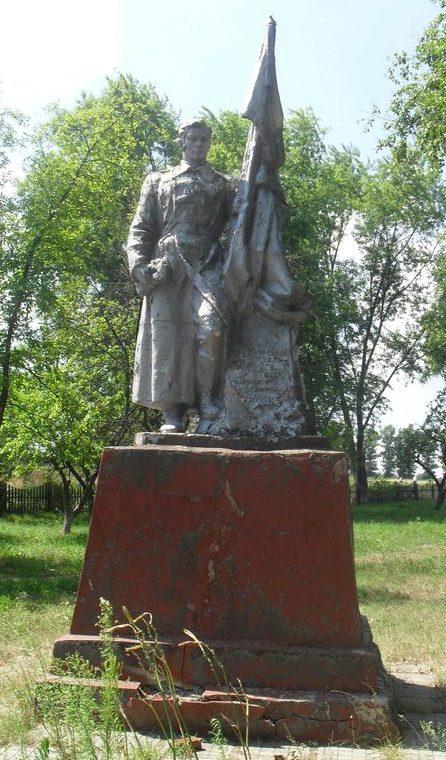 г. Дружба Ямпольского р-на. Памятник, возле церкви, установленный в 1957 году на братской могиле 38 советских воинов, похороненных в сентябре 1943 г.