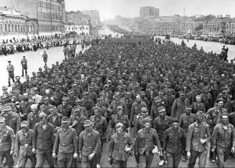 Колонна немецких военнопленных на Садовом кольце в Москве. 1944 г.