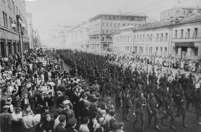 Марш пленных немцев по Москве - проход колонны по улице Горького. 1944 г.
